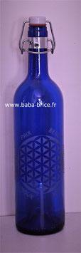 Bouteille en verre bleu cobalt 0,75 L gravée avec Fleur de vie (Modèle 2) et mots sacrés