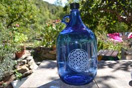 Bouteille en verre bleu cobalt 5 L gravée avec Fleur de vie (Modèle 1)