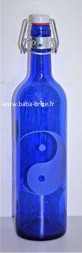 Bouteille en verre bleu cobalt 0,75 L gravée avec Yin Yang