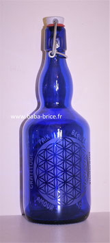 Bouteille en verre bleu cobalt 0,75 L gravée avec Fleur de vie(Modèle 4) et mots sacrés