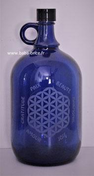 Bouteille en verre bleu cobalt 2L gravée avec Fleur de vie (modèle 1) et Mots sacrés