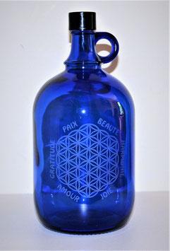 Bouteille en verre bleu cobalt 2L gravée avec fleur de vie (modèle 3) et mots sacrés