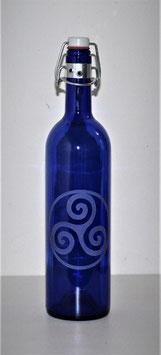 Bouteille en verre bleu cobalt 0,75 L gravée avec Triskel