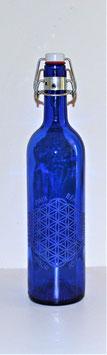 Bouteille en verre bleu cobalt 0,75 L gravée avec Fleur de vie (Modèle 3) et mots sacrés