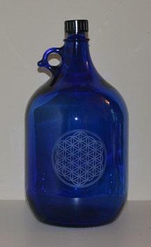 Bouteille en verre bleu cobalt 5 L gravée avec Fleur de vie (Modèle 3)