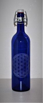 Bouteille en verre bleu cobalt 0,75 L gravée avec Fleur de vie (Modèle 4)
