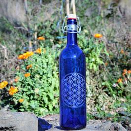 Bouteille en verre bleu cobalt 0,75 L gravée avec Fleur de vie (Modèle 3)