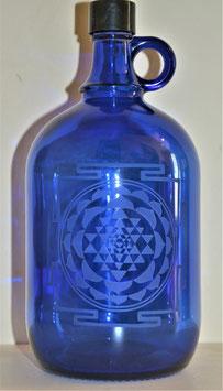 Bouteille en verre bleu cobalt 2 L gravée avec Shri Yantra