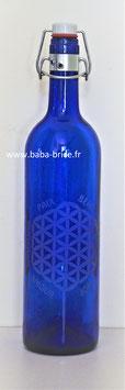 Bouteille en verre bleu cobalt 0,75 L gravée avec Fleur de vie (Modèle 1) avec mots sacrés