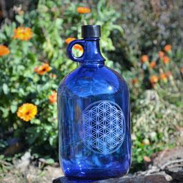 Bouteille en verre bleu cobalt 2L avec Fleur de vie gravée (modèle 3)