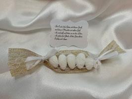 Gastgeschenk mit 5 Mandeln in Jute/weiße Spitze und Spruch Vintage