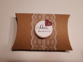 Mit Hochzeitsmandeln und Mandelspruch gefüllte Geschenkbox als Gastgeschenk Vintage Kraftpapier Spitze