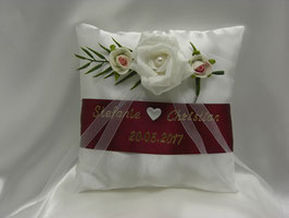 Ringkissen zur Hochzeit Rose in Dunkelrot mit Namen und Datum in Gold oder Silber