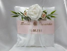 Ringkissen zur Hochzeit in zartem Rosa mit Namen und Datum