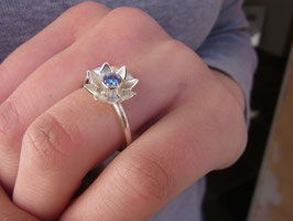 "Ring ""Blümchen"" (Zirkonia swiss blue)"