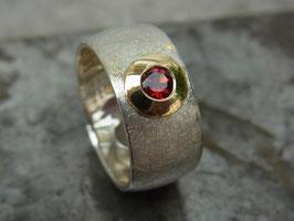 """Ring """"Runde Sache"""" (Granat/breit)"""