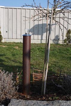 Feuerrohr aus Stahl rostig, in die Erde gesteckt