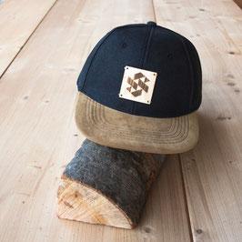 Snapback Cap mit Holzlogo