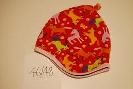 48 Helmmütze mit Fleecefutter, Pferde auf Rot