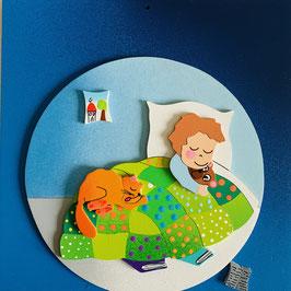 Porte prénom petit garçon dans son lit