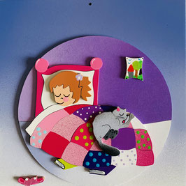 Porte prénom petite fille dans son lit