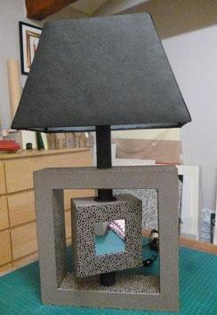 Un pied de lampe aussi chic que géométrique  pour ce jeu de carrés au miroir. Ambiance chaleureuse assurée.
