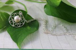 C 110.- Colgante en plata de ley 925, circulo calado con una perla.
