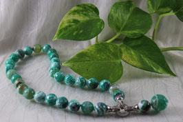 C.106.- Collar de marmolina verde. El colgante puede separarse.