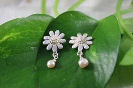 Pe 107.- Pendientes en plata de ley 925. Forma de flor con colgante de perla.
