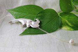 C 109.- Colgante de plata de ley 925, forma hoja y como colgante una perla.