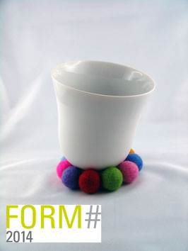YOU Biskuitporzellan Tasse auf Filzring + Holzring