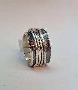 Ring EvaStone 925/- Silber geschwärzt einem Granat facettiert/carré und 4 hellen Drehringen
