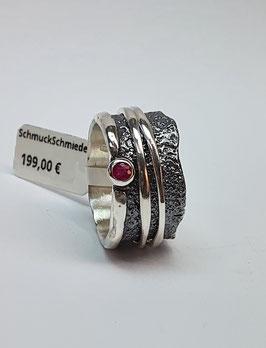 Ring EvaStone 925/- Silber geschwärzt einem facettierten runden Rubin und 2 hellen Drehringen