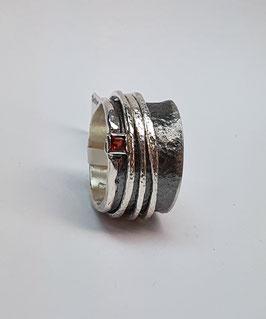 Ring EvaStone 925/- Silber geschwärzt einem Granat facettiert/carré und 2 hellen Drehringen