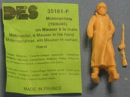 Deutscher Motorradfahrer mit Mantel und Mauser