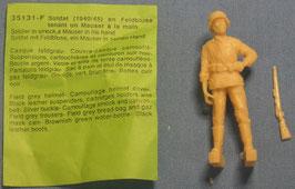 Deutscher Infanterist in Feldbluse mit einem Mauser Gewehr