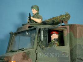 Unimog-Besatzung mit Splitterschutzwesten