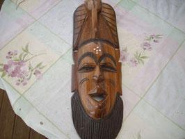 Masque en bois avec barbe sculptée