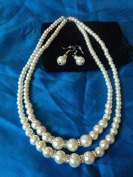 Parure composée d'un double collier de perles et de boucles d'oreilles pendentifs