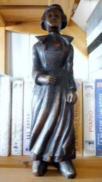 Sculpture femme en tenue régionale en bois noirci