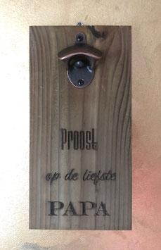 Flesopener op houten plank met opschrift: Proost, op de liefste Papa