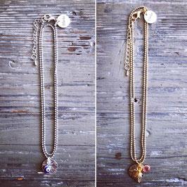 Wunderschöne filigrane Halskette mit verspielten Details in silber oder gold.