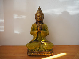 Buddha in Gebetsgeste, sitzend auf Lotus, aus Resin - B19/58