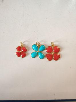 Ciondoli quadrifoglio corallo e turchese montati oro