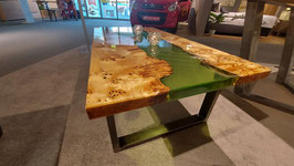 Eleganter Couchtisch aus stabilisierter Pappel Maser und grünem transparenten Harz 120 x 65 x 45
