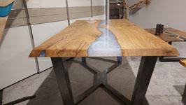 Futuristischer Esstisch aus Eiche im Flip Flop Stil. 180 x 90 x 75 cm