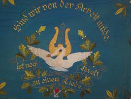 """Große Fahne """"Männergesangsverein Schachtebich-Gänseteich 1922""""  """"Sind wir von der Arbeit müde ist noch Kraft zu einem Liede"""""""