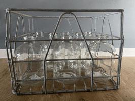 Eisengestell mit 8 Glasflaschen