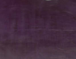 Morceau de cuir de vachette violet foncé marbré