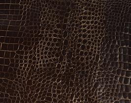 Morceau de cuir de vachette marron foncé imprimé crocodile
